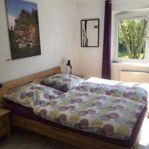 EINS Schlafzimmer mit Doppelbett 180x200